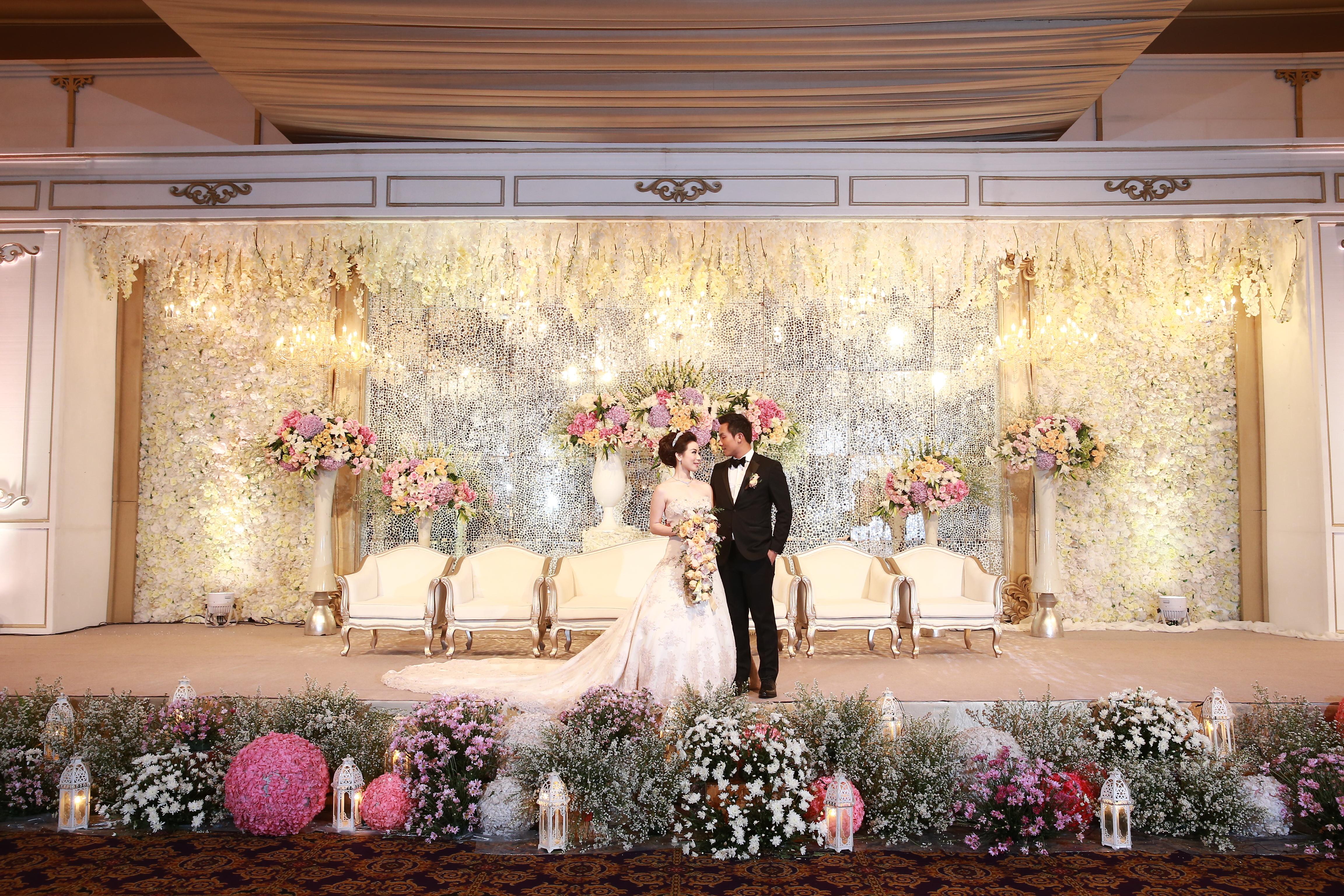 Image decoration wedding decoration lighting in jakarta image decoration wedding decoration lighting in jakarta bridestory junglespirit Gallery