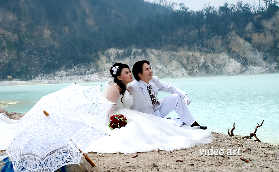 Image result for foto prewedding di kawah putih