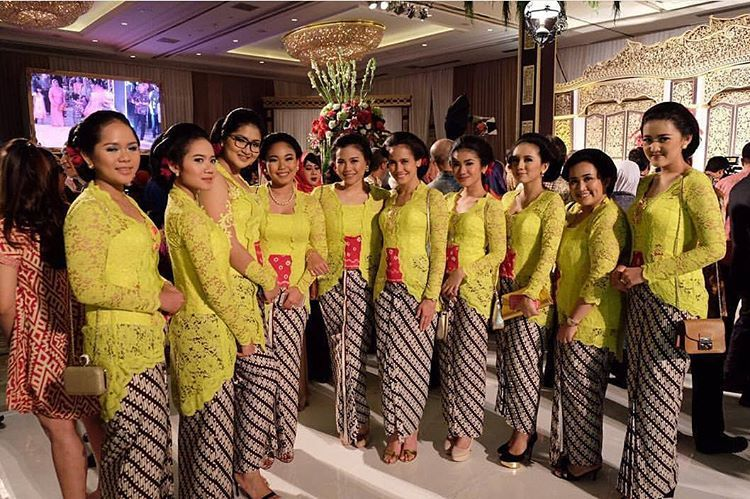 10 Gorgeous Traditional Attire Ideas for Your Bridesmaids Image 3
