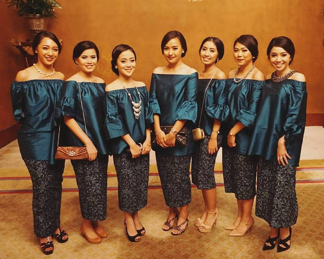 10 Gorgeous Traditional Attire Ideas for Your Bridesmaids Image 7