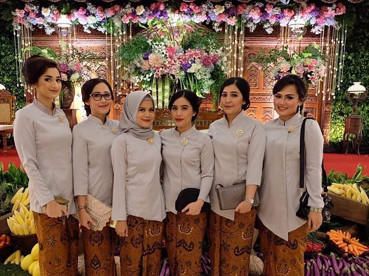 10 Gorgeous Traditional Attire Ideas for Your Bridesmaids Image 4
