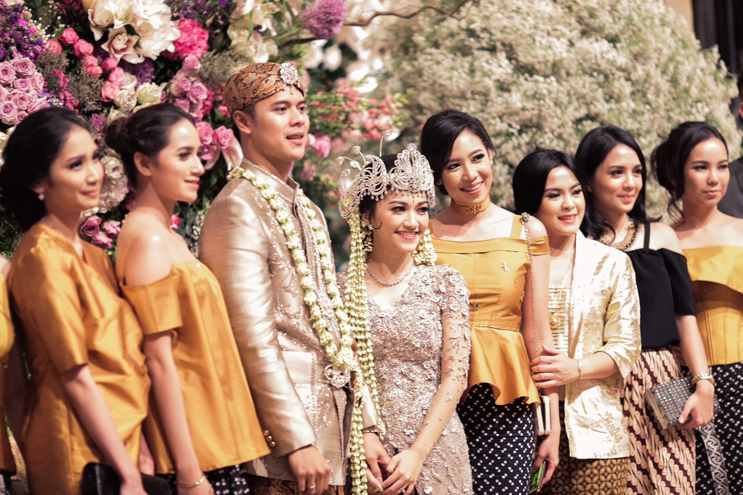 10 Gorgeous Traditional Attire Ideas for Your Bridesmaids Image 8