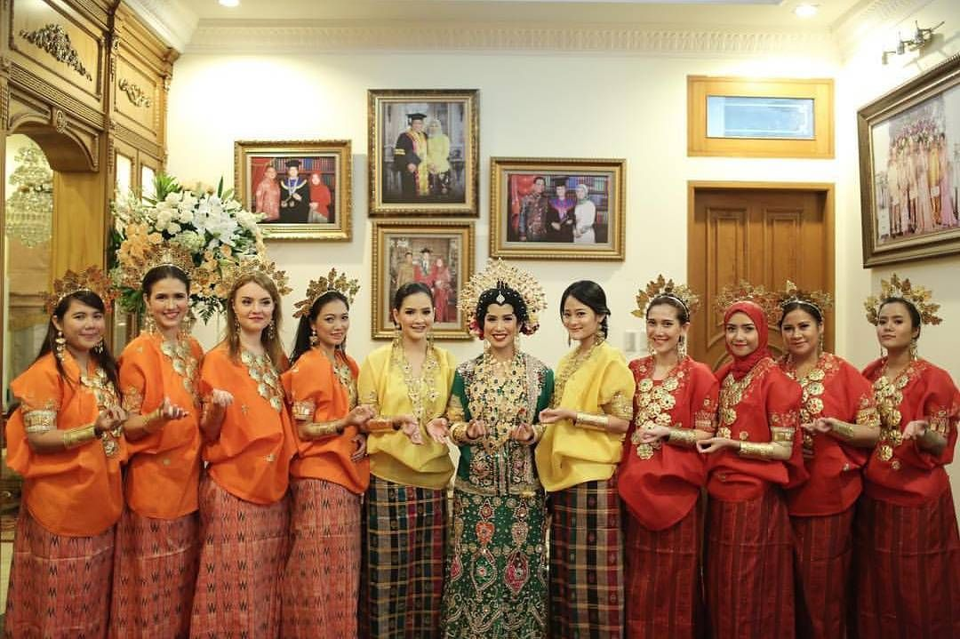 10 Gorgeous Traditional Attire Ideas for Your Bridesmaids Image 1
