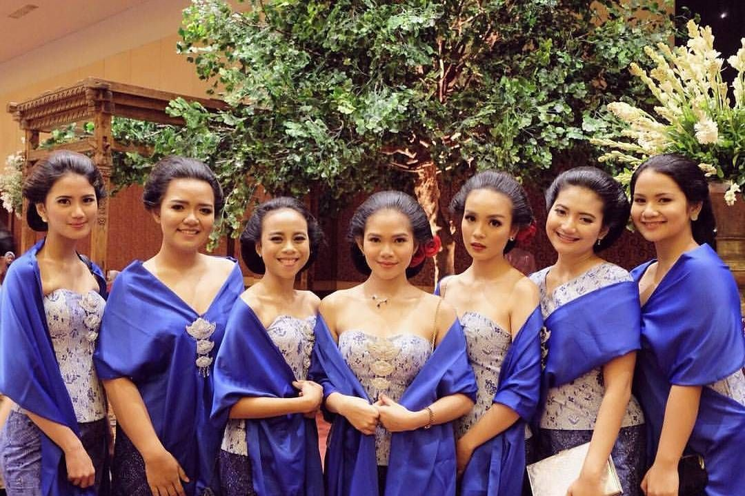10 Gorgeous Traditional Attire Ideas for Your Bridesmaids Image 17