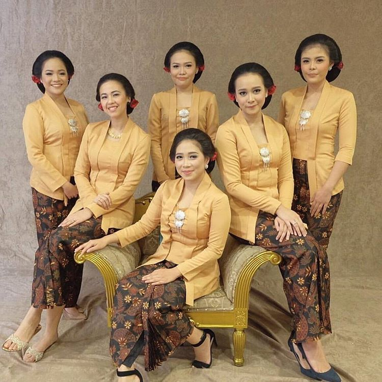 10 Gorgeous Traditional Attire Ideas for Your Bridesmaids Image 21