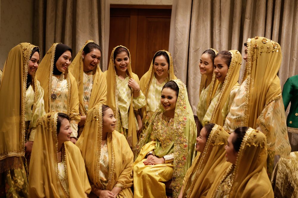 10 Gorgeous Traditional Attire Ideas for Your Bridesmaids Image 18