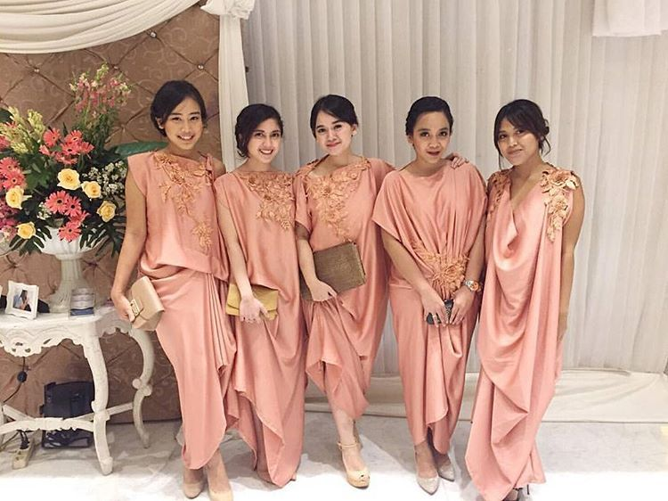 10 Gorgeous Traditional Attire Ideas for Your Bridesmaids Image 13