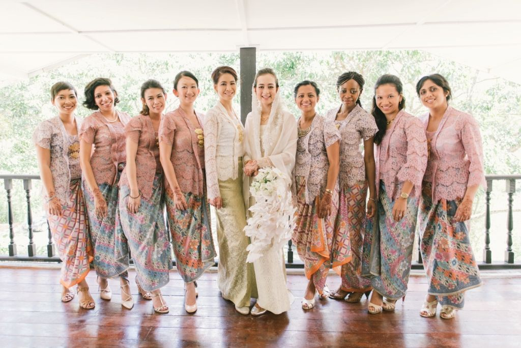 10 Gorgeous Traditional Attire Ideas for Your Bridesmaids Image 12