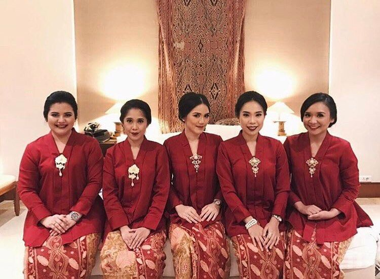 10 Gorgeous Traditional Attire Ideas for Your Bridesmaids Image 22