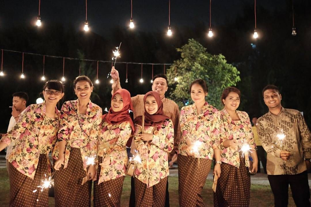 10 Gorgeous Traditional Attire Ideas for Your Bridesmaids Image 5