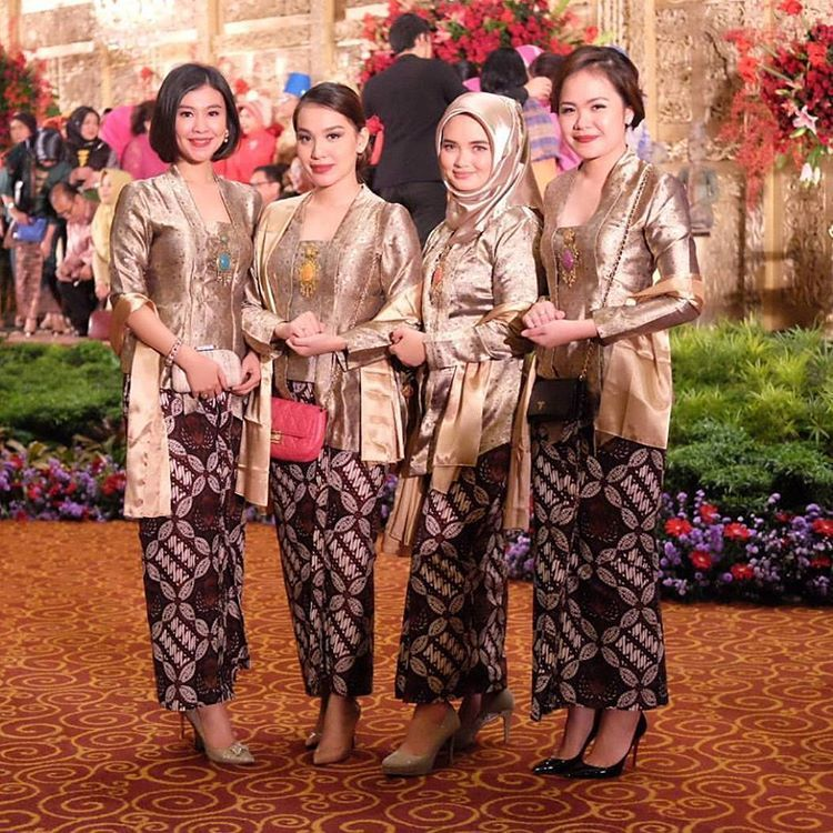 10 Gorgeous Traditional Attire Ideas for Your Bridesmaids Image 19
