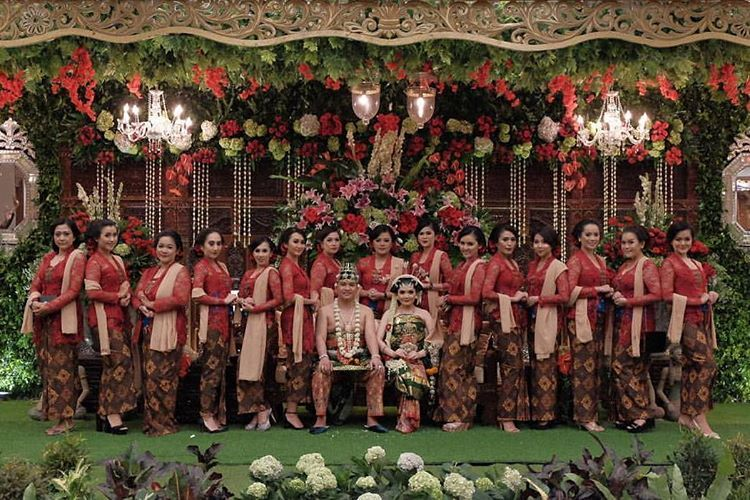 10 Gorgeous Traditional Attire Ideas for Your Bridesmaids Image 16