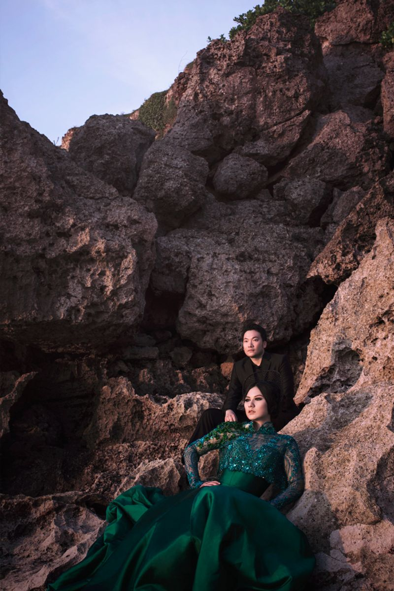 fashionable-engagement-shoot-out-in-the-nature-1
