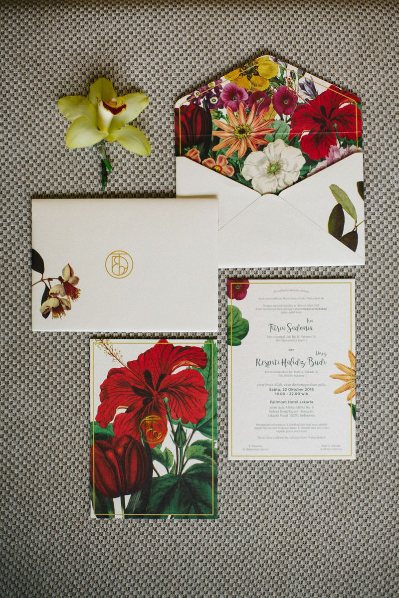 a-javanese-ballroom-wedding-with-vibrant-garden-details-1