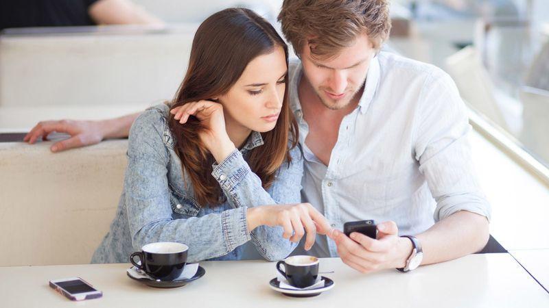 modern-couples-problem-relationship-vs-technology-1