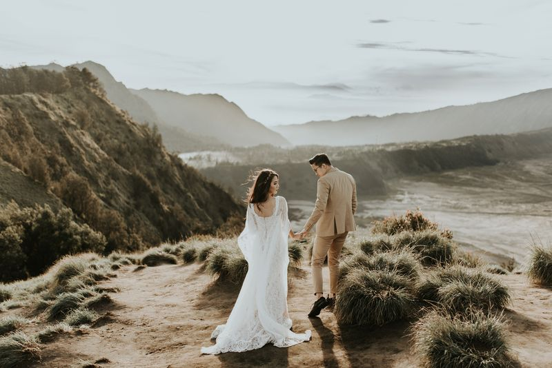 a-dreamy-pre-wedding-shoot-of-two-artists-on-mount-bromo-1