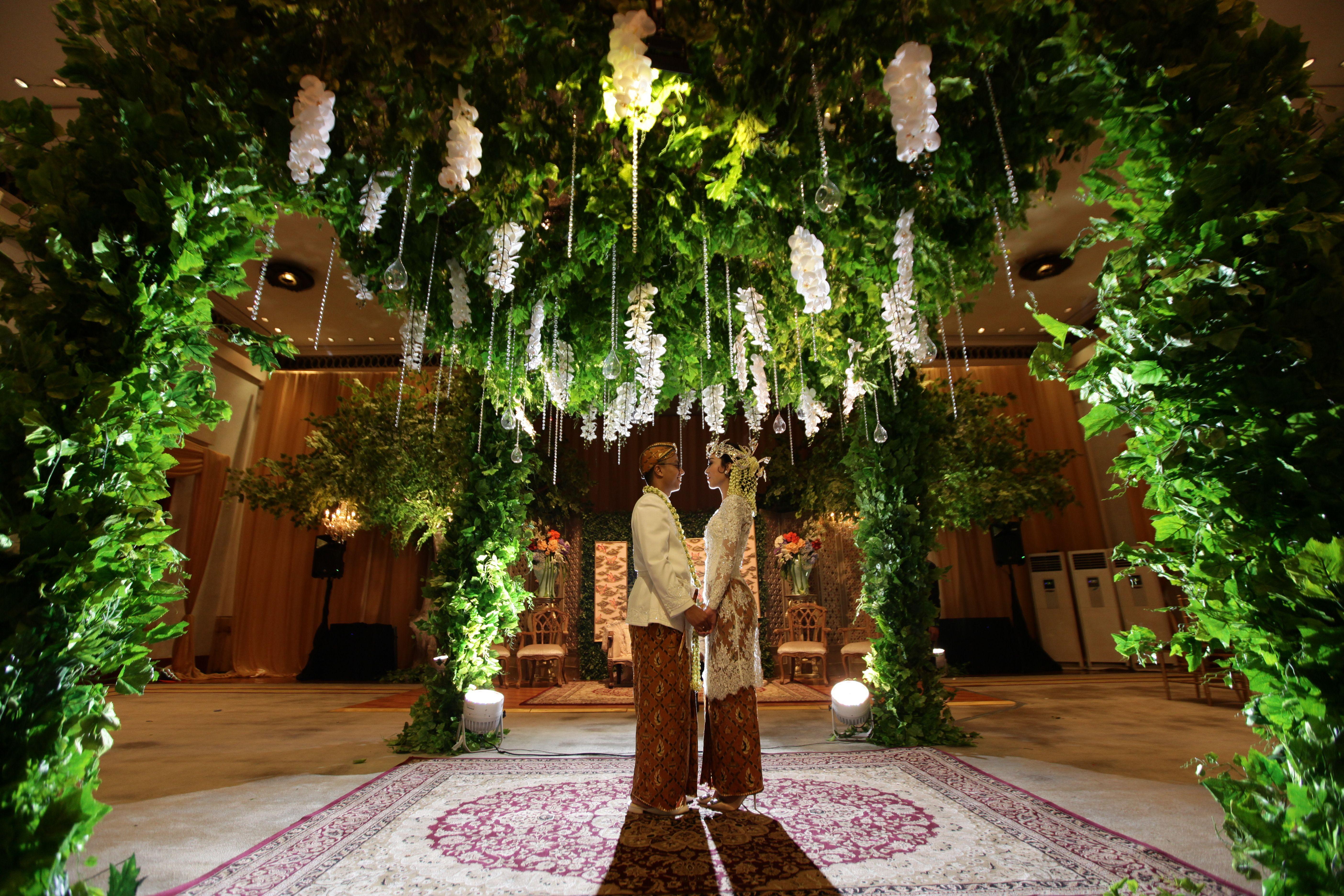 One Couple's Exquisite Javanese Garden Wedding Image 1
